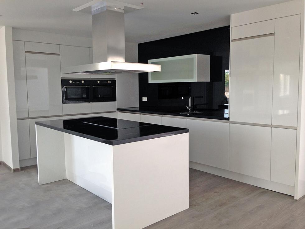 Hoogglans Witte Keuken : Hoogglans wit keuken gespoten de jong natuursteen gorredijk